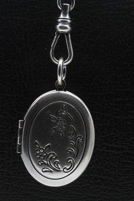 Foto medaillon Ovaal met bloemendeco 2 foto's ketting hanger zwaar verzilverd