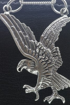 Zilveren Adelaar in de aanval XL ketting hanger